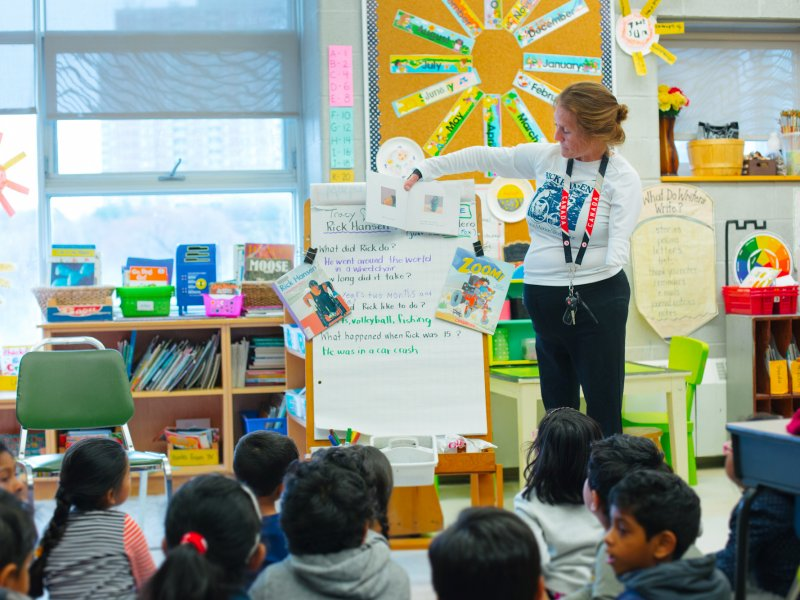Rick Hansen Ambassador teaching elementary students