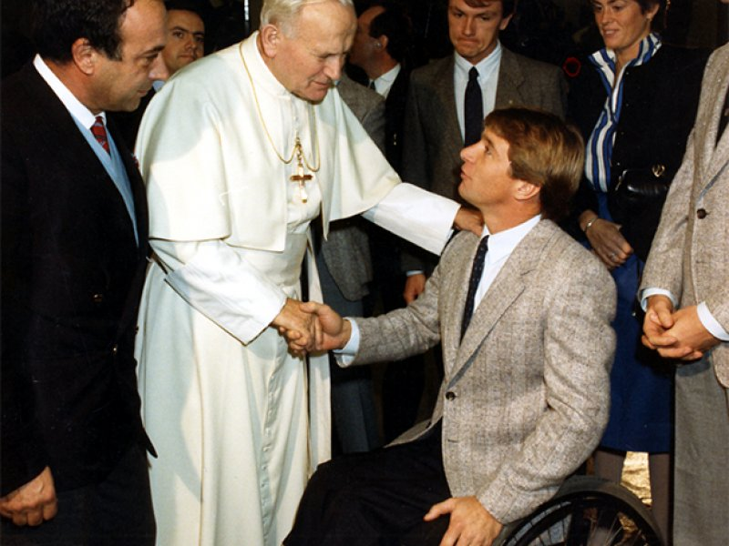 Rick Hansen meets Pope John Paul II in Rome, Italy at the Vatican.